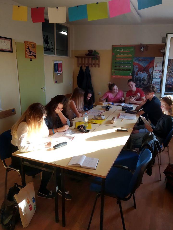 Kursy angielskiego dla młodzieży rozwijają kompetencje językowe i przygotowują do egzaminów Cambridge