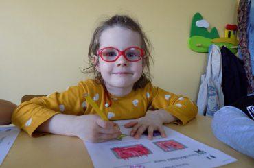 Gesty, ruch, kolory, muzyka, zajęcia plastyczne to elementy lekcji języka angielskiego dla dzieci, dzięki którym nie będą się nudzić.