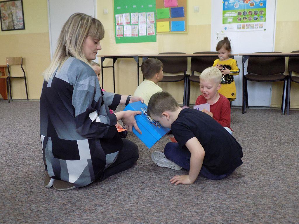 Oddziałujmy na kilka zmysłów jednocześnie przez co ułatwiamy dzieciom posługiwanie się wyłącznie językiem angielskim na zajęciach